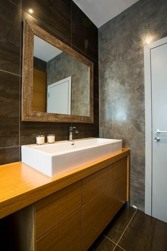 Koupelna v přízemí, nábytek pod umyvadlo vyrobený na míru, dýha dub, na stěně stucco lustro a obklad, funkcionalistická vila v Praze na Spořilově, 2014
